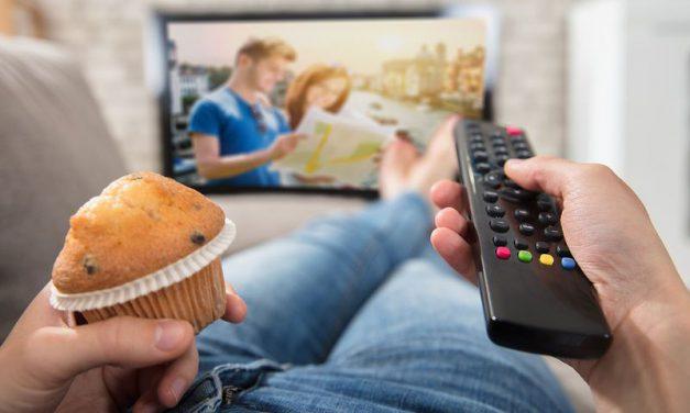 Eurostat: «Κολλημένοι» στην τηλεόραση και τον υπολογιστή οι Έλληνες
