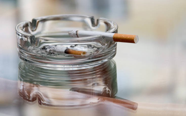Πώς να περιορίσετε τη μυρωδιά του τσιγάρου στο σπίτι